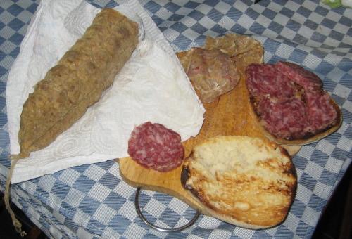 Salame del Montizzolo e pane campidanese